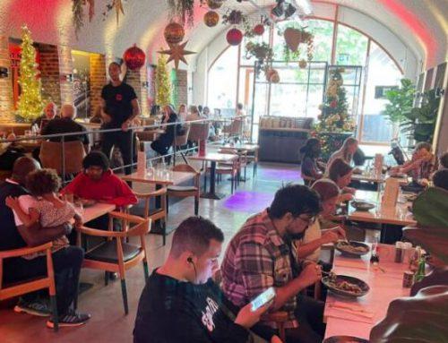 Schrijver – Kerst in augustus: tientallen daklozen genieten van toplunch in restaurant Jack (Havenloods)